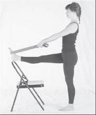 La jambe tendue sur le dossier de la chaise